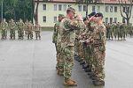 Dwódca Batalionowej Grupy Bojowej, ppłk. Higgins, gratuluje zwycięskiej drużynie z brytyjskiej kompanii Legion Troop