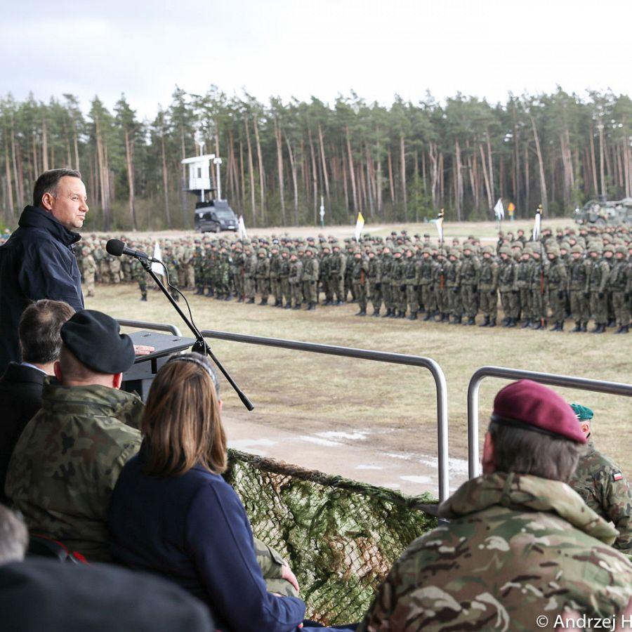 Prezydent Andrzej Duda w czasie uroczystego powitania żołnierzy Batalionowej Grupy Bojowej NATO